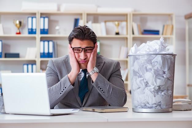 Geschäftsmann im papierwiederverwertungskonzept im büro