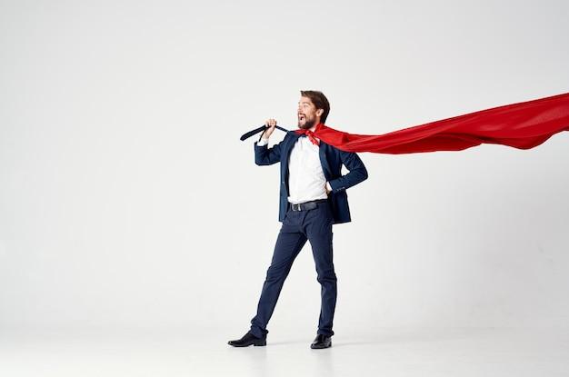 Geschäftsmann im roten mantel des anzugs emotionen macht superman
