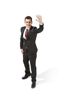 Geschäftsmann im schwarzen anzug, der hallo sagt