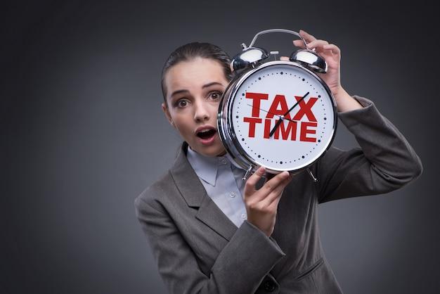 Geschäftsmann im zahlungskonzept der späten steuern