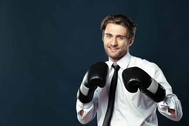 Geschäftsmann in boxhandschuhen