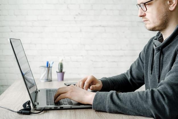 Geschäftsmann in brillen, die am computer von zu hause aus arbeiten