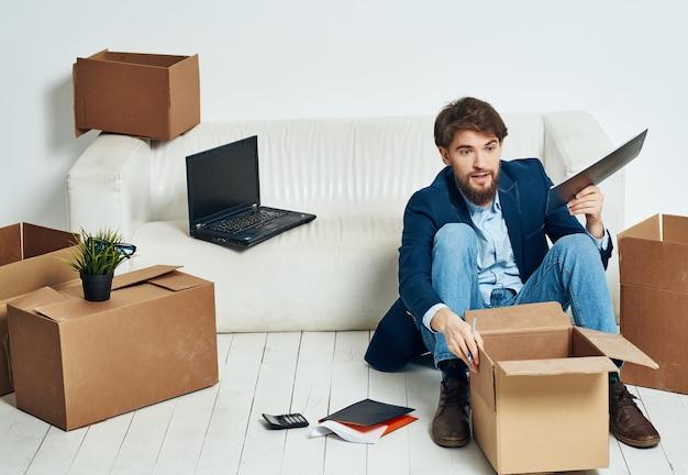 Geschäftsmann in den büroboxen mit sachen, die arbeit bewegen. foto in hoher qualität