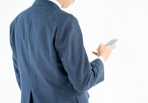 Geschäftsmann in der klage, die smartphone hält