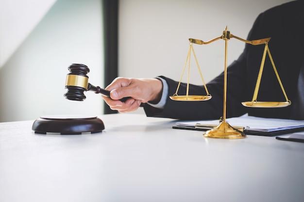 Geschäftsmann in der klage oder in rechtsanwalt, die an dokumente arbeiten. recht