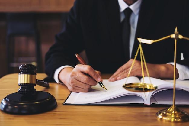 Geschäftsmann in der klage oder in rechtsanwalt, die an dokumente arbeiten.