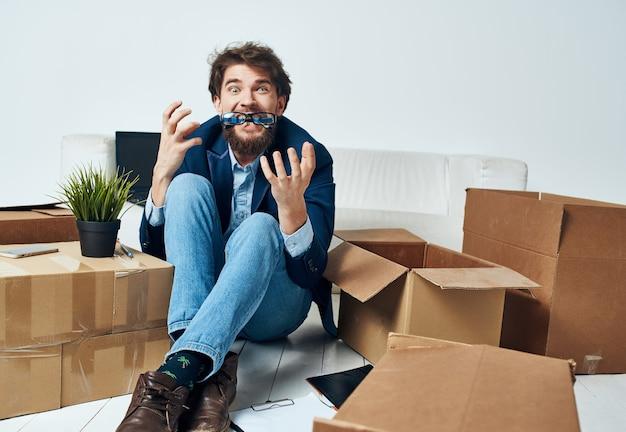 Geschäftsmann in einem anzug büro umzugskartons mit dingen. foto in hoher qualität