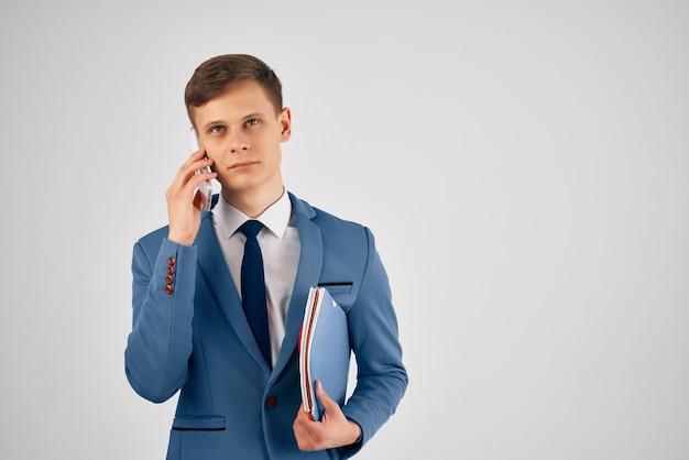 Geschäftsmann in einem anzug, der am telefonbeamten spricht