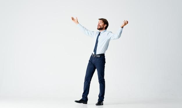 Geschäftsmann in einem anzug emotionen bewegungen gesten mit hand manager. foto in hoher qualität