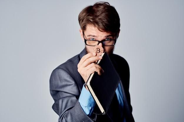 Geschäftsmann in einem anzug mit einer krawatte kryptowährung bitcoin e-geld-investition. foto in hoher qualität