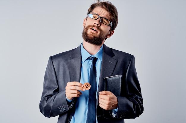 Geschäftsmann in einem anzug mit einer krawatte kryptowährung bitcoin e-geld-investition