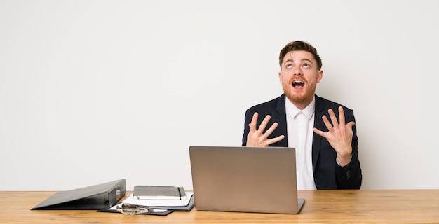 Geschäftsmann in einem büro durch eine schlechte situation frustriert