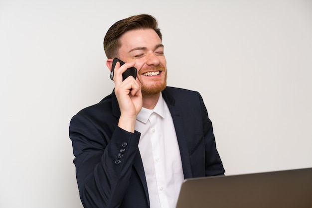Geschäftsmann in einem büro mit handy