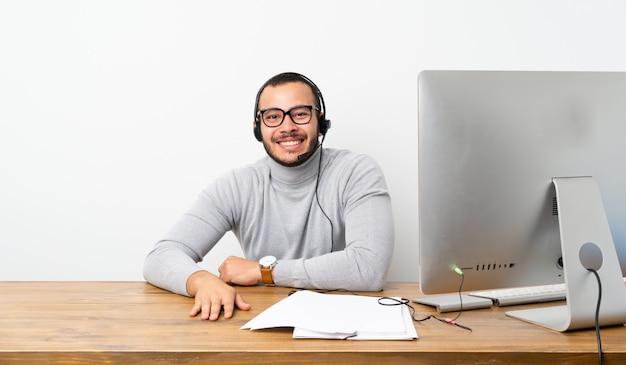 Geschäftsmann in einem büro mit seinem pc