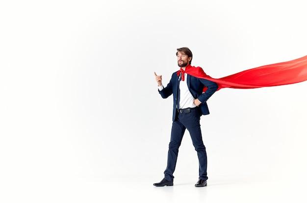 Geschäftsmann in einem roten umhang auf einem licht gestikulierend mit seinen händen fliegenden erfolg