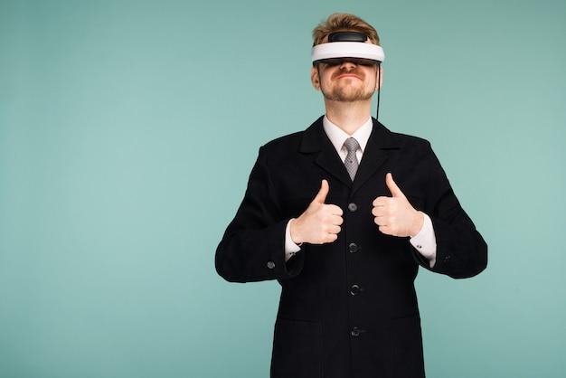Geschäftsmann in einer formellen kleidung, die eine brille der virtuellen realität trägt, die daumen hoch zeigt