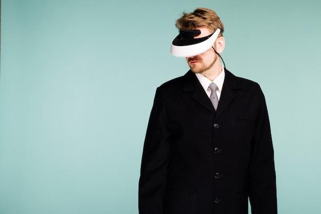 Geschäftsmann in einer formellen kleidung, die eine brille der virtuellen realität trägt
