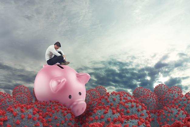 Geschäftsmann in finanziellen schwierigkeiten aufgrund von coronavirus segelt auf sparschwein