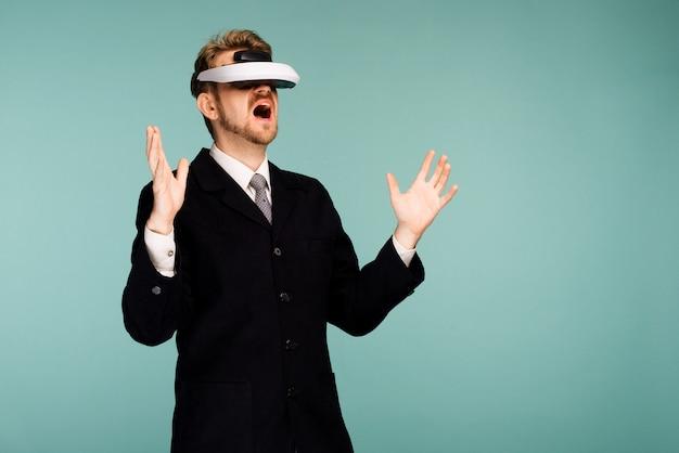 Geschäftsmann in formeller kleidung mit virtual-reality-brille öffnete überrascht den mund