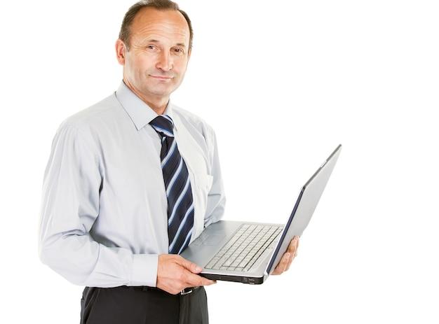 Geschäftsmann in hemd und krawatte hält ein notizbuch.