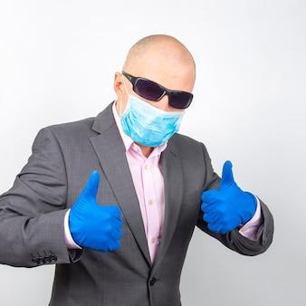 Geschäftsmann in medizinischen handschuhen, brille und einer schutzmaske.