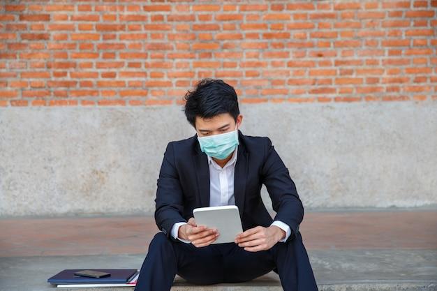 Geschäftsmann in not des arbeitsplatzverlusts aufgrund der covid-19-viruspandemie