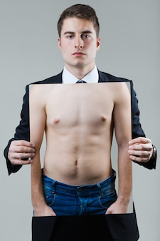 Geschäftsmann in schwarzen anzug mit einem foto von einem nackten männlichen torso.