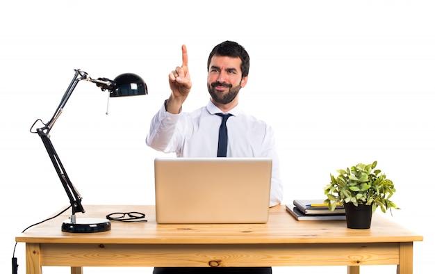 Geschäftsmann in seinem büro berühren auf transparenten bildschirm