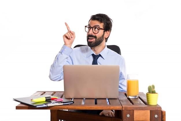 Geschäftsmann in seinem büro denken über weißen hintergrund