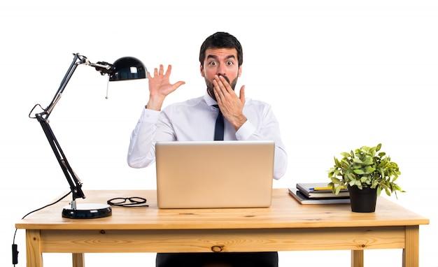 Geschäftsmann in seinem büro tun überraschung geste