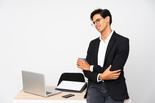 Geschäftsmann in seinem büro über der weißen wand, die zur seite schaut
