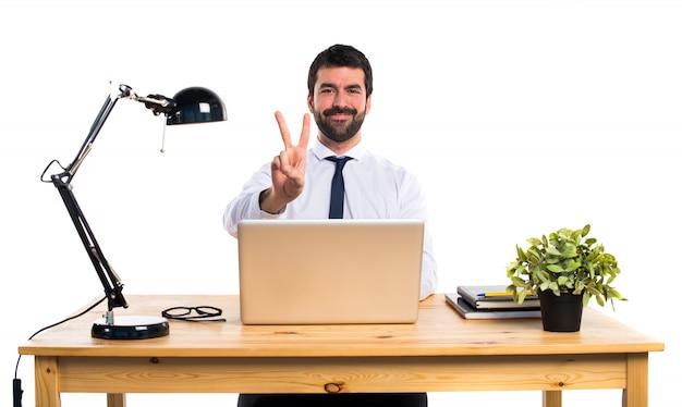Geschäftsmann in seinem büro zählt zwei