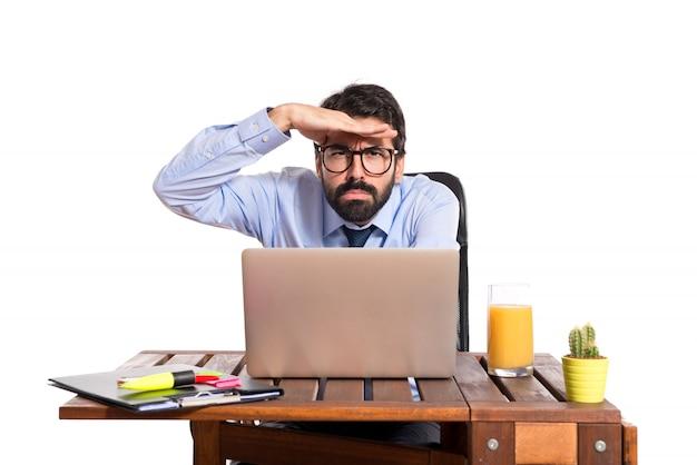 Geschäftsmann in seinem büro zeigt etwas