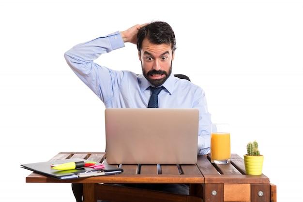 Geschäftsmann in seinem büro zweifel