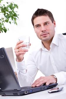 Geschäftsmann in seinem büro