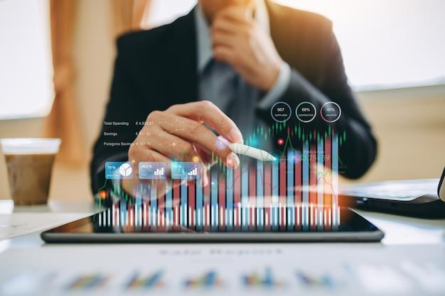 Geschäftsmann interagiert mit künstlicher intelligenz, um konzept des zukünftigen geschäfts zu investieren