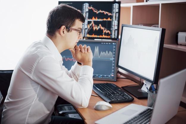 Geschäftsmann investment trading machen dieses geschäft an einer börse. leute, die im büro arbeiten