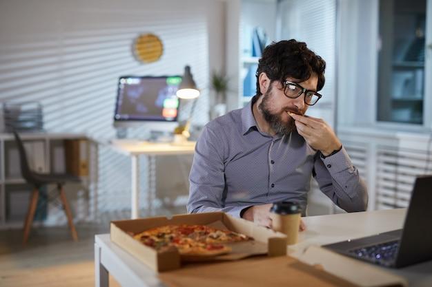 Geschäftsmann isst im büro zu mittag