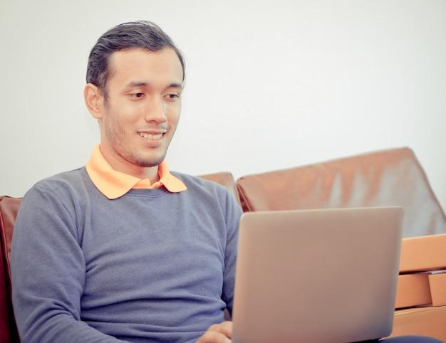 Geschäftsmann ist schockierend, laptop-computer betrachtend
