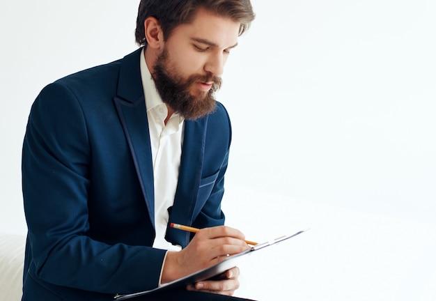 Geschäftsmann job ist lebenslauf dokumente hellen hintergrund