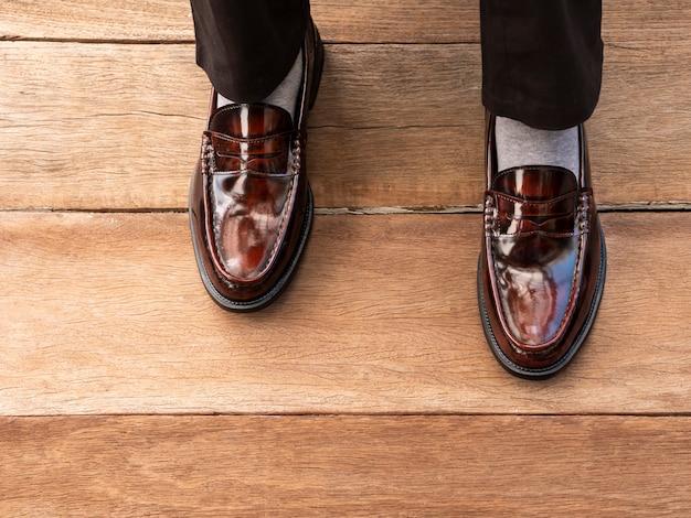 Geschäftsmann kleidet schuhe, der bräutigam, der oben mit klassischen eleganten müßiggängerschuhen für mannsammlung ankleidet.