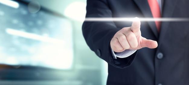 Geschäftsmann klickt auf virtuellen touchscreen. futuristischer geschäfts- und it-präsentationshintergrund.