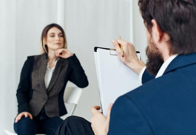 Geschäftsmann kommuniziert mit einer frau in einem anzug, die freie stellen des personals wieder aufnehmen