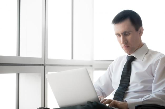 Geschäftsmann konzentriert sich auf die arbeit