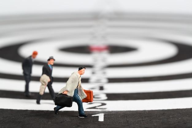 Geschäftsmann läuft auf dartscheibe target center idee von wettbewerb und unternehmensführung