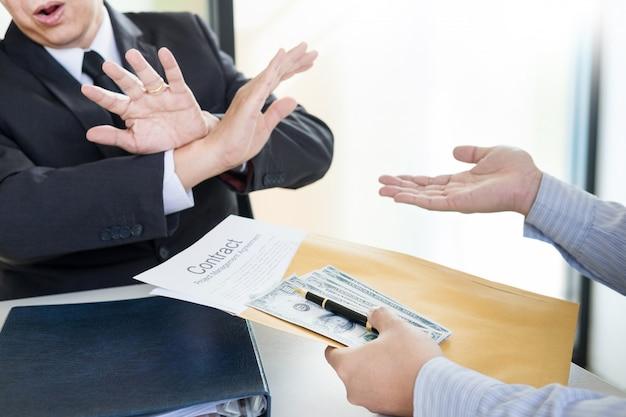 Geschäftsmann lehnt ab, geld mit vereinbarungspapier zu empfangen