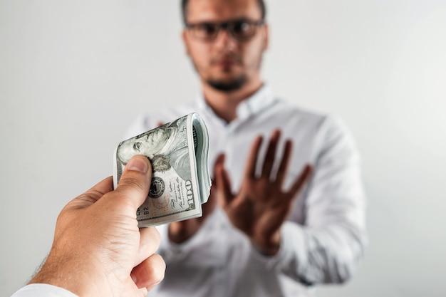 Geschäftsmann lehnt us-dollar ab