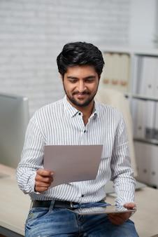 Geschäftsmann lesedokument