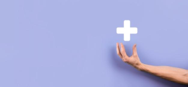Geschäftsmann, mann, der in der hand hält, bietet positive dinge wie gewinn, vorteile, entwicklung, csr, dargestellt durch pluszeichen. die hand zeigt das pluszeichen