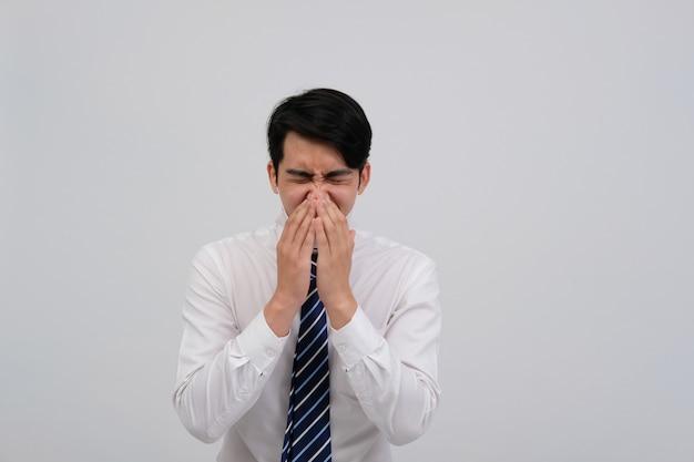 Geschäftsmann mann, der sich krank fühlt und niest